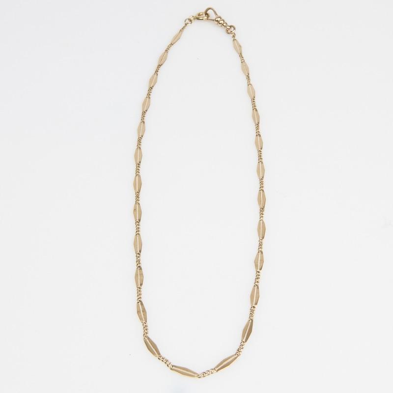 Halskette im Stäbchenmuster