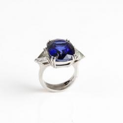 Ring mit Saphir & Triangel-Diamant